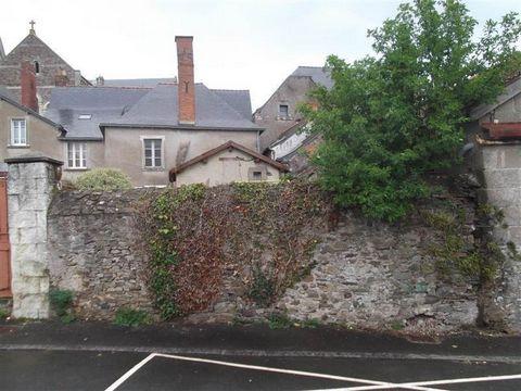 Maison ancienne du 16ème siècle sur 280 m² de terrain, en plein bourg, avec toiture remaniée et dont l'intérieur est à redistribuer, avec plusieurs orientations d'aménagements possibles, investisseurs à vos plans, bonne rentabilité possible, de l'ord...
