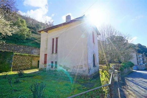 En exclusivité au village de Cuttoli Corticchiato à 30 mn d'Ajaccio, Terra Immobilier vous propose cette superbe maison de type F6, en pierres, des années 40 entièrement à rénover et présentant beaucoup de charme. Elle se compose de 2 niveaux de 150 ...