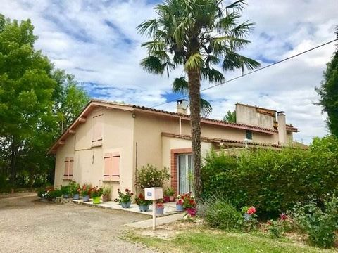Pour les amoureux de la nature, à seulement 10 minutes de Montauban, cette maison de 130m2 vous offre un séjour et cuisine de 40 m2, une véranda de 33 m2 donnant sur le jardin fleuri et arboré, 3 grandes chambres avec poutres apparentes, d'une salle ...