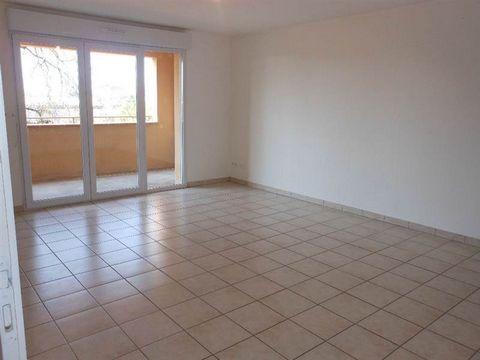 Montauban, quartier Beausoleil, appartement T3 à louer dans résidence récente et sécurisée.Au 1er étage, il bénéficie d' une terrasse. Il est composé de nombreux rangements, une cuisine individuelle, un cellier. Place de parking- chauffage électrique...