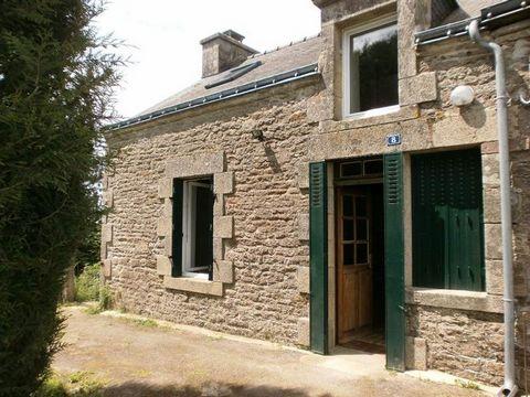 Ravissante maison en pierres, comprenant au rez de chaussée : un séjour/salon avec poêle à bois, une cuisine aménagée, salle de bain avec wc. A l'étage 2 chambres. Chauffage électrique. l'ensemble sur un terrain clos de 1500 M2