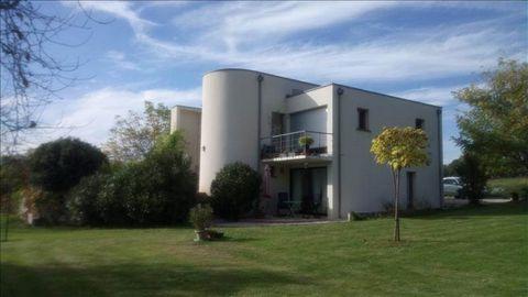 Seulement à 20' de Brive, dans un environnement très paisible, agréable maison d'architecte de 136 m² habitables édifiée au beau milieu de son parc arboré et sans vis à vis, vous serez charmés par ses atouts : spacieuse, lumineuse, originale et fonct...