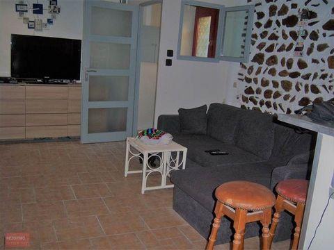 Maison de village R+1 avec combles aménageables. Avec ses 70m² de SH elle est accueillante. Au RDC, vous entrez par un SAS et vous arrivez dans le séjour cuisine de 37m² cuisine aménagée et une cheminée dans le salon.Au 1er, vous trouverez la chambre...