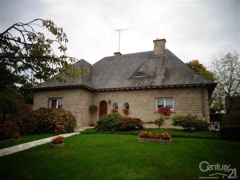 LA BAZOUGE DU DESERT... Century 21 vous présente cette belle maison en pierres de taille. Elle se compose, au rez-de-chaussée, d'une entrée, cuisine aménagée et équipée, arrière-cuisine, salon/salle à manger avec cheminée, 2 chambres, salle de bains ...