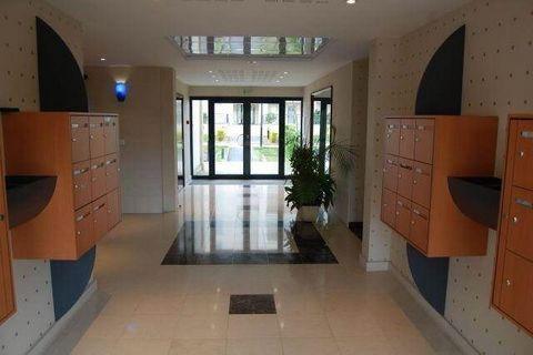 Dans résidence avec ascenseur, Appartement F2 de 45 M² comprenant Entrée, Cuisine ouverte sur Séjour, Chambre, Salle de Douche, Dressing, WC. Parking en sous-sol. Disponible le 31/01/2018
