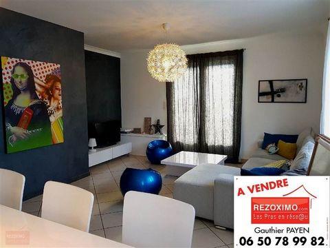 Ardèche, à Saint Julien en Saint Alban, je vous propose en exclusivité notre appartement de 94m² accompagné de son jardin avec terrasse de 70m². Il se compose d'un salon de 33m² à la décoration épurée , d'une cusine équipée de 12m² avec accès jardin,...