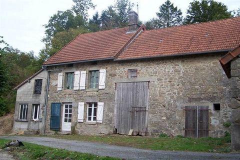Située dans un village champêtre ente Guéret et Bourganeuf, maison en pierres à rénover avec grande grange attenante et jardin. La maison comprend RDC grande pièce de vie avec cheminée ouverte, trois autres pièces qui ont été crées dans un ancien ate...