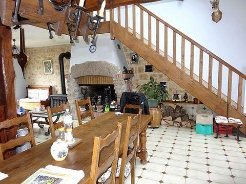 Agréable maison au calme, très lumineuse.En RDC : Entrée, grand séjour avec cheminée à foyer ouvert et poële à bois donnant sur la terrasse avec barbecue, cuisine aménagée et équipée, 2 chambres, salle de bains, WC.A l'étage : mezzanine, 2 chambres, ...