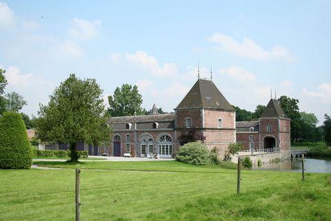 Cette superbe maison de vacances est située sur un domaine de pas moins de 25 hectares, dans la région de Durbuy. Le domaine comprend un château du XVIIIe siècle avec ses dépendances, quelques lacs et une grande forêt. Vous pourrez voir les chevaux b...