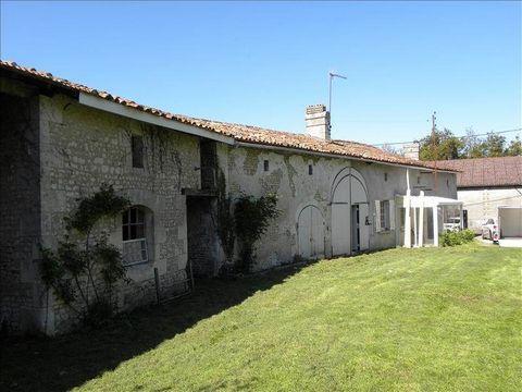 Dans hameau à 10 mn de jonzac, à 5 mn de la N10, charentaise habitable avec dépendances attenantes sur environ 1221 m² de jardin. Proposition d'aménagement virtuel non contractuelle en dernière photo.