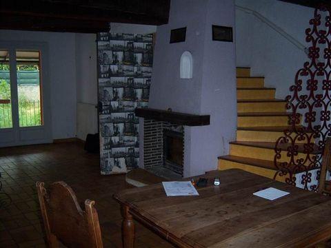Maison individuelle R+2 de 130m² habitable sur une parcelle de 320m² RDC: garage de 47m², hall, 1 chambre de 11,5m² 1er: cuisine, séjour-salon avec cheminée, wc 2ème: 2 chambres, SDE, dégagement Balcon-terrasse et barbecue Travaux secondaires à prévo...