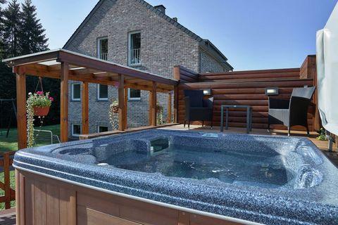 Belle et grande maison de vacances où vous vous sentirez comme chez vous. Il y a une bonne salle de relaxation avec sauna, appareils de fitness, home cinéma, et à l'extérieur, vous pourrez vous détendre au bord de la piscine, dans le jacuzzi ou jouer...