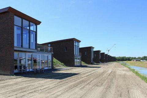Les villas le long de la digue du parc aquatique du lac de Veere ont été construites en 2012 et sont de haute qualité. La conception particulière, mais également les finitions en sont la preuve. Les villas sont pour ainsi dire à moitié construites da...