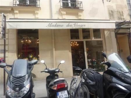 Bail à céder. Proche Place des Vosges. 215000 euros 3800 euros mensuel Belle Boutique de 45m2 environ grand sous sol de 90m2 7,5m de façade. Mezzanine
