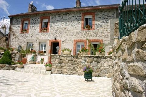 Maison de 3 chambres plus un bureau, 2 salles de bains, véranda, piscine. Terrain 1200 m2. AUBUSSON IMMOBILIER Tel ... ...