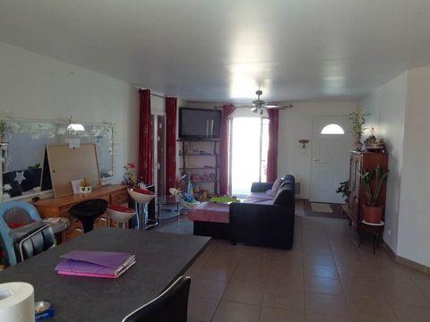 Villa contemporaine au calme de 101m² posée sur un terrain de 400 m². Ce bien se compose de 4 chambres, d'une salle de bain et d'une cuisine ouverte sur le salon/séjour de 40 m². Un garage de 15,2 m² est attenant à la maison. Le terrain est piscinabl...