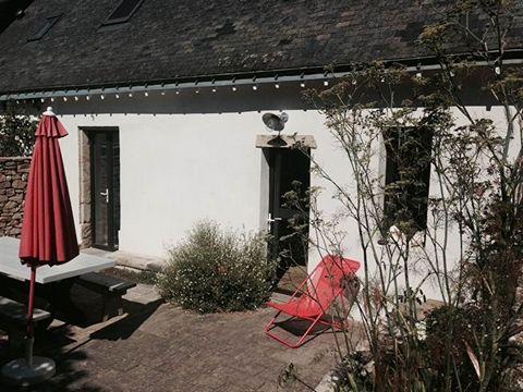Golfe du Morbihan - Ile aux Moines Dans un joli hameau de l'île, proche plages, maison de charme entièrement restaurée comprenant au rez-de-chaussée une pièce à vivre avec cheminée, cuisine ouverte, buanderie. A l'étage, 3 chambres, une salle d'eau. ...