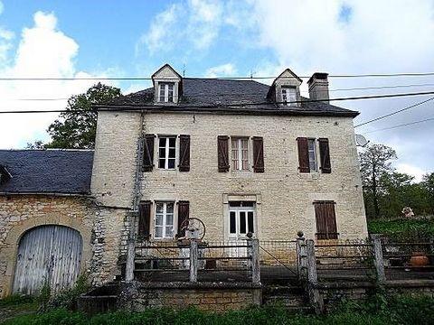En bordure du causse de Martel, à 20 minutes de Brive, maison début 20è à moderniser, ~160m² habitables sur 2 niveaux + combles, partie grange attenante, sur 3000m² de terrain.La maison, du début 20è, à rénover / moderniser intérieurement :En RDC : p...