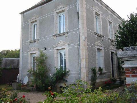 Proche du Blanc , je vous propose cette belle maison de bourg en pierres de tailles , de 160m² habitables. Cuisine équipée indépendante, salon avec cheminée , 4 chambres, une salle de bains et une salle d'eau. Cave . Vaste Grenier en partie aménageab...