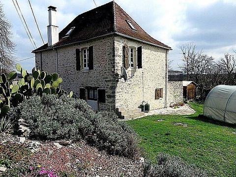 En campagne, dans un hameau à quelques minutes de Souillac, 25 minutes de Brive, maison pierre 19è rénovée, ~115m² habitables, sur ~600m² de terrain.En RDC haut : accès par terrasse, pièce à vivre 22m², salon 26m² avec cheminée (insert), A l'étage : ...