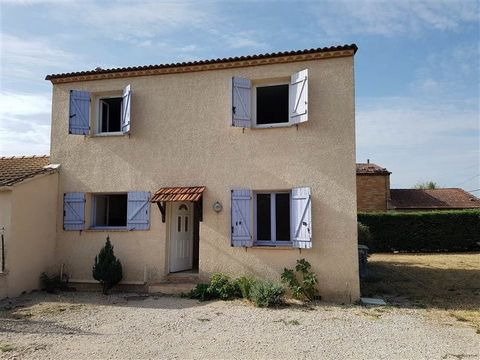 Au calme d'un lotissement de village, maison de 112 m2 en R+1 avec jardin clos et garage de 40 m2. Idéal pour famille ou locataire artisan ayant besoin de dépendances. A visiter !