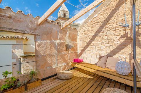 Original casa con encanto en el centro de Ses Salines. Tiene capacidad para 4 invitados. Disfruta de agradables momentos de tranquilidad y relajación en la bonita terraza del primer piso. Es una zona de chill-out, un rincón muy especial, ideal para t...