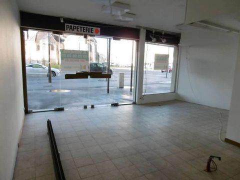 Saint-Dizier centre, local commercial de +de120m² comprenant magasin avec deux accès vitrés (accès handicapé des deux côtés), un sous-sol : grande pièce, toilettes, remise. A l'étage : une pièce bureau avec point d'eau. Bien situé avec grand parking ...