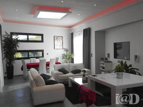 I@D France - Laurence GUERY ... vous propose : Maison Design toit plat très contemporaine et récente de 2014, à proximité de toutes les commodités (commerces, 2 minutes du centre ville et du train tram, transports, écoles...) sur un terrain de 603 m ...