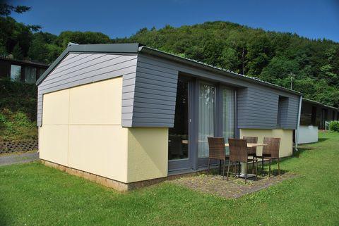 Le confortable lieu de vacances de Waxweiler est situé dans le triangle Allemagne / Belgique / Luxembourg et compte env. 1200 habitants. La région fait partie du parc naturel germano-luxembourgeois. Le défilé d'Echternacher Springprozession, classé a...