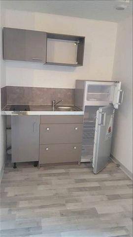 CENTRE ST MAIXENT, Appartement entièrement rénové avec gout comprenant une pièce de vie avec coin cuisine aménagée et équipée d'une plaque et d'un frigo, un bureau, une salle d'eau avec wc. Loyer: 330 €Caution: 330 € Frais d'agence: 285 € ttcContacte...