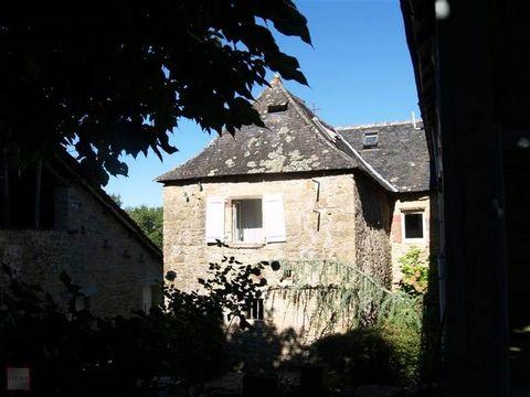 Située sur les lieux d''un ancien château datant du Xème siècle, cette magnifique propriété chargée d'histoire a été rénovée dans le respect de la tradition par ses propriétaires. elle se compose d'une entrée avec terrasse couverte, une cuisine équip...