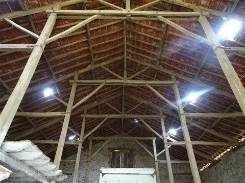 SOLIGNACDans un bel environnement calme et à environ 12km de Limoges centre,Très belle grange en pierres d'environ 300m2 et 8m de haut, avec charpentepoteaux permettant tout aménagement intérieur, sur une parcelle de 3970m2environ (prairie et verger)...