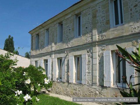 Gironde, St Vivien de Blaye (33920), 5km de Pugnac, 15km de St André de Cubzac. A vendre grande maison ancienne de 275m² environ, 5/6 chambres, sur 1.500m² de terrain avec piscine chauffée, dépendances, budget 390.000 euros honoraires agence inclus.V...