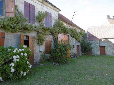 Charmante, saisissante cette fermette à rénover est 'un écrin qu'il faut garnir de la plus belle pierre'. Petit jardin attenant.