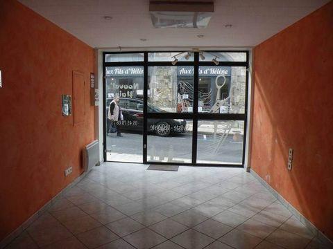 BARBEZIEUX (16) - En centre ville dans rue commerçante, local commercial d'environ 36m². Première partie avec vitrine sur rue et deuxième partie sur l'arrière avec de grands placards muraux. Petite pièce bureau et sanitaires. Cave avec buanderie donn...
