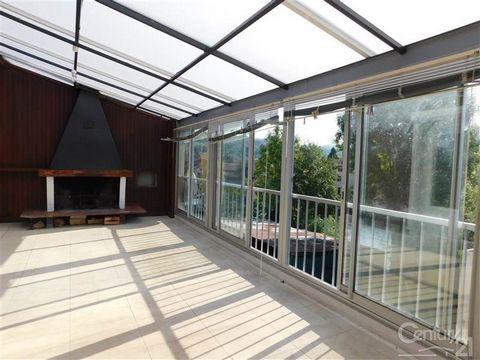 Très agréable T4 à proximité du centre ville de Saint-Girons et de ses commodités. Cet appartement est traversant et très ensoleillé. Sa grande terrasse couverte et fermée avec sa belle cheminée ouverte vous séduira. Il comprend trois chambres de bel...