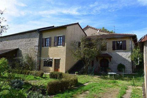 Saint-Gengoux-de-Scissé, village viticole proche Mâcon, nous vous proposons une belle maison en pierres 7 pièces de 220 m2 habitables. Au rez-de chaussée elle dispose d'un grand hall d'entrée, un beau salon de 31 m2 avec cheminée et parquet chêne, un...