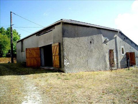Grange en moellons sur environ 190 m², avec gros oeuvre en bon état Terrain borné (environ 2400 m², bâtiment inclus) Dans village calme Bonne opportunité pour transformer en habitation