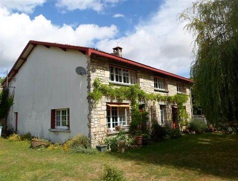 Cette maison est spacieuse dispose un gite et est située au cœur d'un village avec la rivière Boutonne et à moins de 5 km de Brioux sur Boutonne avec commerces et écoles. La maison est lumineuse à l'intérieur. Le salon (40m²) a des fenêtres sur les d...