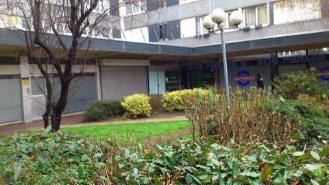 A proximité immédiate de la Mairie, entouré par de très nombreuses habitations.Dans petit centre avec nombreux commerces et professions médicales.Local de 113 m² en RDC + 137 M² en S/sol.Divisé en bureaux, salles, sanitaires et réserves.Loyer: 14 000...