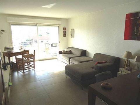 T4, situé au 1er étage d'une résidence (2006) sécurisée, à proximité des écoles et commerces. L'appartement comprend un hall d'entrée avec placard, un grand séjour/ cuisine , un dégagement desservant 3 chambres avec placard, une salle d'eau avec doub...