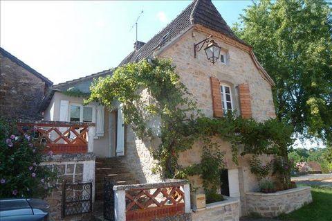Au coeur du village, maison en pierre offrant : séjour, coin cuisine, une chambre avec point eau et wc, salle d'eau/wc, cave, terrasse.