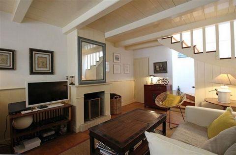 Les Portes en Ré, centre village, nichée dans une ruelle, coup de cœur pour cette maison à l'ambiance chaleureuse comprenant un salon/séjour avec cheminée, une cuisine ouverte équipée, une buanderie, une chambre et une salle de bain avec baignoire, d...