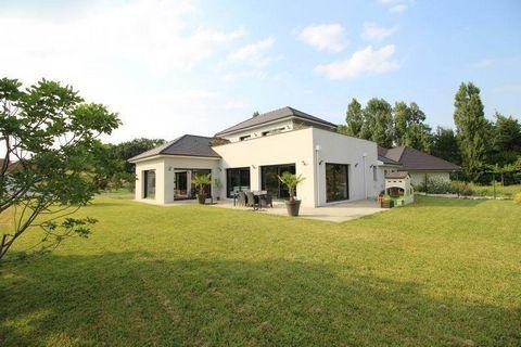 A Montardon 15 m, de Pau, dans quartier calme. Proche de toutes commodités (école, médecin, commerce..)Nous vous proposons une belle maison contemporaine de 2012 de 163 m2 environ sur 1000 m2 de terrain.La maison se compose d' un grand séjour avec un...
