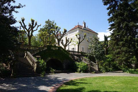 Vous trouverez ce rare et magnifique château du siècle dernier de plus de 600 m2 avec son logement de gardien de 60 m2 à la campagne et si proche du coeur de ville d'Alès. En position dominante il est situé dans un splendide parc à l'anglaise arboré ...