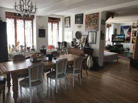 Maison de famille érigée sur + de 1 100 m² offrant au rez-de-chaussée un couloir, un bureau, salon, cuisine ainsi qu'un double séjour avec cheminée feu de bois et une cuisine US équipée ; au-dessus on retrouve un bureau en mezzanine, 5 chambres, sall...