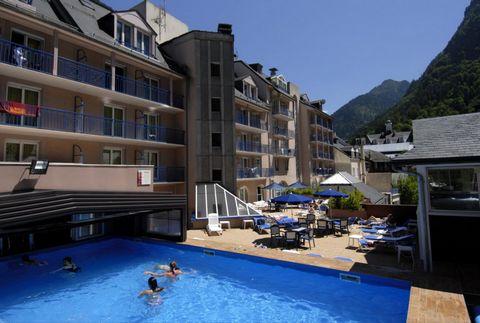 La station de ski et de cure de Cauterets est située au coeur des Pyrénées. Niché dans une nature magnifique à 950 m d'altitude, cet endroit offre l'harmonie entre tradition et modernité. Célèbre depuis plusieurs siècles, Cauterets est une station de...
