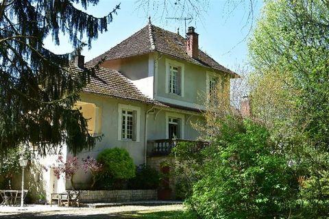 Villa dans un parc arboré de plus de 7000m², en bordure de la Vézère. Situé dans un petit village connu pour son pont médiéval et ses magnifiques paysages, cette propriété est au calme sans vis à vis. Composée de plusieurs niveaux, 4 grandes chambres...