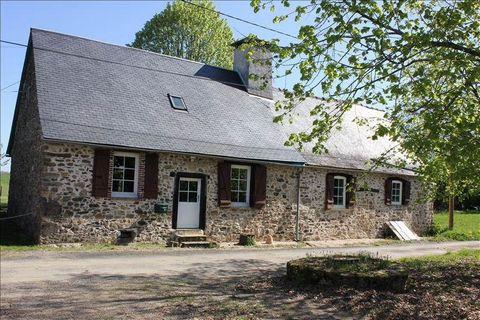 Dans un endroit calme et isolé, ancienne grange en pierres rénovée offrant environ 136m² habitables, sur un beau terrain plat d'environ 5000 m² où se trouvent grange et four à pain
