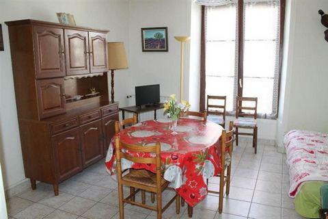 Un appartement meublé situé au premier étage d'un ensemble immobilier comprenant une cuisine ouverte sur le séjour, une grande chambre et un couloir desservant une salle d'eau et un WC. Le logement dispose d'un droit de passage dans la cour.